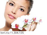 Купить «Портрет молодой девушки с цветком орхидеи», фото № 1304135, снято 11 октября 2009 г. (c) Валуа Виталий / Фотобанк Лори