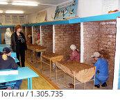 Обучение штукатурным работам. Работа в кабинах для оштукатуривания. (2008 год). Редакционное фото, фотограф Юрий Зуев / Фотобанк Лори