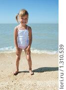 Купить «Маленькая девочка у моря», фото № 1310539, снято 20 августа 2009 г. (c) Анатолий Типляшин / Фотобанк Лори