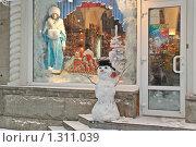 Купить «Витрина магазина сувениров перед Новым годом и снеговик на крыльце», эксклюзивное фото № 1311039, снято 20 декабря 2009 г. (c) Алёшина Оксана / Фотобанк Лори