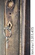 Купить «Старинный ключ в замочной скважине», фото № 1311415, снято 17 сентября 2009 г. (c) Илья Телегин / Фотобанк Лори
