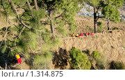 Группа тибетских монахов в ущелье (2008 год). Стоковое фото, фотограф Павлов Борис / Фотобанк Лори