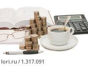 Купить «Натюрморт со столбиками монет, калькулятором и чашкой кофе», фото № 1317091, снято 14 ноября 2009 г. (c) Воронин Владимир Сергеевич / Фотобанк Лори