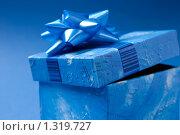 Приоткрытая крышка подарочной коробки на синем. Стоковое фото, фотограф Михаил Тимонин / Фотобанк Лори
