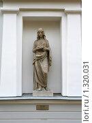Купить «Античная скульптура Весталки», фото № 1320031, снято 29 октября 2009 г. (c) Александр Секретарев / Фотобанк Лори