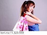 Купить «Шопинг - красивая молодая девушка с покупками в руках», фото № 1323559, снято 20 ноября 2009 г. (c) Андрей Аркуша / Фотобанк Лори
