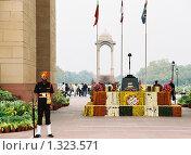 Купить «Солдат у ворот Индии», эксклюзивное фото № 1323571, снято 16 августа 2005 г. (c) Free Wind / Фотобанк Лори