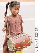 Купить «Юная барабанщица на улице города Дели», эксклюзивное фото № 1323591, снято 16 августа 2005 г. (c) Free Wind / Фотобанк Лори