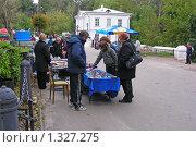 """Купить «Торговля сувенирами  в парке """"Кузьминки""""», эксклюзивное фото № 1327275, снято 13 сентября 2008 г. (c) lana1501 / Фотобанк Лори"""