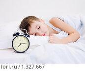 Купить «Маленький мальчик спит с будильником», фото № 1327667, снято 3 декабря 2009 г. (c) Валуа Виталий / Фотобанк Лори