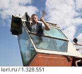 Молодой мужчина с ключом в тракторе. Стоковое фото, фотограф Софья Петрова / Фотобанк Лори