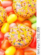 Купить «Кекс и разноцветная жевательная резинка», фото № 1332359, снято 3 февраля 2009 г. (c) Elnur / Фотобанк Лори
