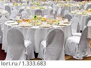 Белые сервированные столы в ресторане перед банкетом. Стоковое фото, фотограф Кекяляйнен Андрей / Фотобанк Лори