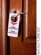 """Вывеска """"Прошу не беспокоить"""" на ручке двери гостиничного номера. Стоковое фото, фотограф Михаил Тимонин / Фотобанк Лори"""
