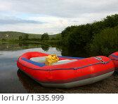 Надувная лодка на берегу реки. Стоковое фото, фотограф Ирина Величинская / Фотобанк Лори
