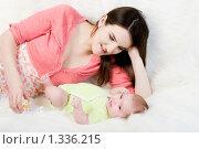 Купить «Мама играет с грудным ребенком», фото № 1336215, снято 5 декабря 2009 г. (c) Анна Игонина / Фотобанк Лори