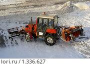 Купить «Трактор убирает снег на тротуаре», эксклюзивное фото № 1336627, снято 1 января 2010 г. (c) lana1501 / Фотобанк Лори