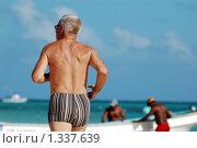 Купить «Пожилой мужчина, бегающий на пляже», фото № 1337639, снято 9 декабря 2009 г. (c) Мария Смирнова / Фотобанк Лори