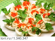 Вареные яйца с тунцом и красной икрой. Стоковое фото, фотограф Дорощенко Элла / Фотобанк Лори