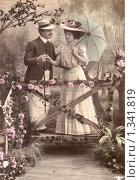 Влюбленная пара на мостике. Дореволюционная открытка, фото № 1341819, снято 26 мая 2017 г. (c) Ольга Батракова / Фотобанк Лори
