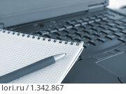 Купить «Блокнот с ручкой на ноутбуке», фото № 1342867, снято 5 апреля 2009 г. (c) Наталия Евмененко / Фотобанк Лори