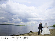 Жених и невеста идут по берегу реки. Стоковое фото, фотограф Лизунова Анастасия / Фотобанк Лори