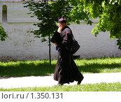 Купить «Свято Троице-Сергиева Лавра. Монах», эксклюзивное фото № 1350131, снято 7 июня 2009 г. (c) lana1501 / Фотобанк Лори