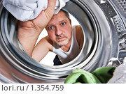Купить «Мужчина заглядывает в стиральную машину», фото № 1354759, снято 3 января 2010 г. (c) Михаил Лавренов / Фотобанк Лори