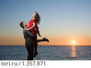Счастливая пара у моря на закате. Стоковое фото, фотограф Фурсов Алексей / Фотобанк Лори