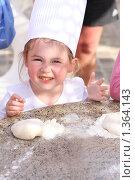 Купить «Маленький повар собирается готовить пиццу», фото № 1364143, снято 18 мая 2009 г. (c) Константин Исаков / Фотобанк Лори