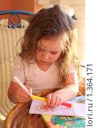 Купить «Девочка рисует фломастерами», фото № 1364171, снято 14 мая 2009 г. (c) Константин Исаков / Фотобанк Лори
