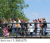Группа весёлых детей бежит по мосту.Франция (2009 год). Редакционное фото, фотограф Оксана Sk / Фотобанк Лори