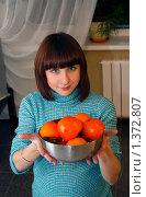 Купить «Девушка угощает хурмой», фото № 1372807, снято 28 ноября 2009 г. (c) Наталья Чуб / Фотобанк Лори
