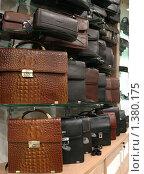 Купить «Кожаные мужские барсетки на витрине», фото № 1380175, снято 23 октября 2008 г. (c) Антон Алябьев / Фотобанк Лори