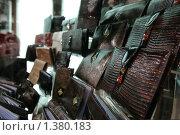Кожаные кошельки на витрине. Стоковое фото, фотограф Антон Алябьев / Фотобанк Лори