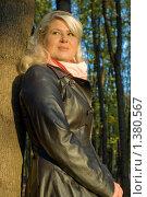 Купить «Молодая женщина в кожаном пальто на прогулке в парке», фото № 1380567, снято 10 октября 2009 г. (c) Влад Нордвинг / Фотобанк Лори