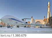 Купить «Экспонаты ракета и самолет на  ВВЦ (ВДНХ) зимой», эксклюзивное фото № 1380679, снято 12 января 2010 г. (c) Алёшина Оксана / Фотобанк Лори