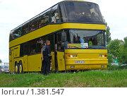 Купить «Кашира. Городской пейзаж. Работник ДПС проверяет документы у экскурсионного автобуса», эксклюзивное фото № 1381547, снято 18 июня 2009 г. (c) lana1501 / Фотобанк Лори