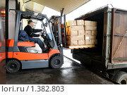 Купить «Вилочный погрузчик на складе», фото № 1382803, снято 9 декабря 2009 г. (c) Дмитрий Калиновский / Фотобанк Лори