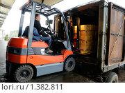 Купить «Вилочный погрузчик на складе», фото № 1382811, снято 9 декабря 2009 г. (c) Дмитрий Калиновский / Фотобанк Лори