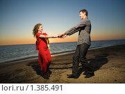 Молодая пара на морском побережье. Стоковое фото, фотограф Фурсов Алексей / Фотобанк Лори