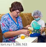 Бабушка с внуком играют в больницу. Стоковое фото, фотограф Ирина Апарина / Фотобанк Лори