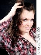 Девушка в клетчатой рубашке, с темными волосами. Стоковое фото, фотограф Евгения Ус / Фотобанк Лори
