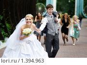 Купить «Свадебная прогулка», фото № 1394963, снято 26 июня 2009 г. (c) Сергей Рыжов / Фотобанк Лори