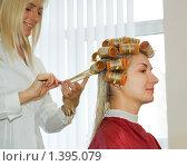Купить «Молодая женщина в салоне красоты», фото № 1395079, снято 14 марта 2009 г. (c) Andrejs Pidjass / Фотобанк Лори