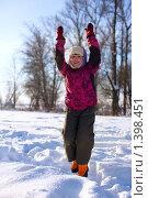 Купить «Девочка играет на снегу», фото № 1398451, снято 20 января 2010 г. (c) Ольга Сапегина / Фотобанк Лори