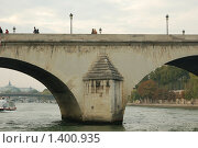 Купить «Опора каменного моста через Сену - Париж», фото № 1400935, снято 29 сентября 2008 г. (c) Александр Гончаров / Фотобанк Лори