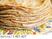 Высокая стопка блинов на яркой тарелке. Стоковое фото, фотограф Татьяна Емшанова / Фотобанк Лори