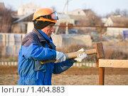 Купить «Плотник на стройке», фото № 1404883, снято 11 апреля 2009 г. (c) Александр Паррус / Фотобанк Лори