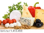Разные виды сыров на деревянной доске с овощами и другими добавками. Стоковое фото, фотограф Демчишина Ольга / Фотобанк Лори